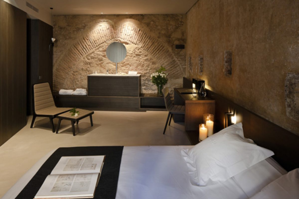 Francesc Rifé designs the Caro Hotel in Valencia. Sleeping between walls