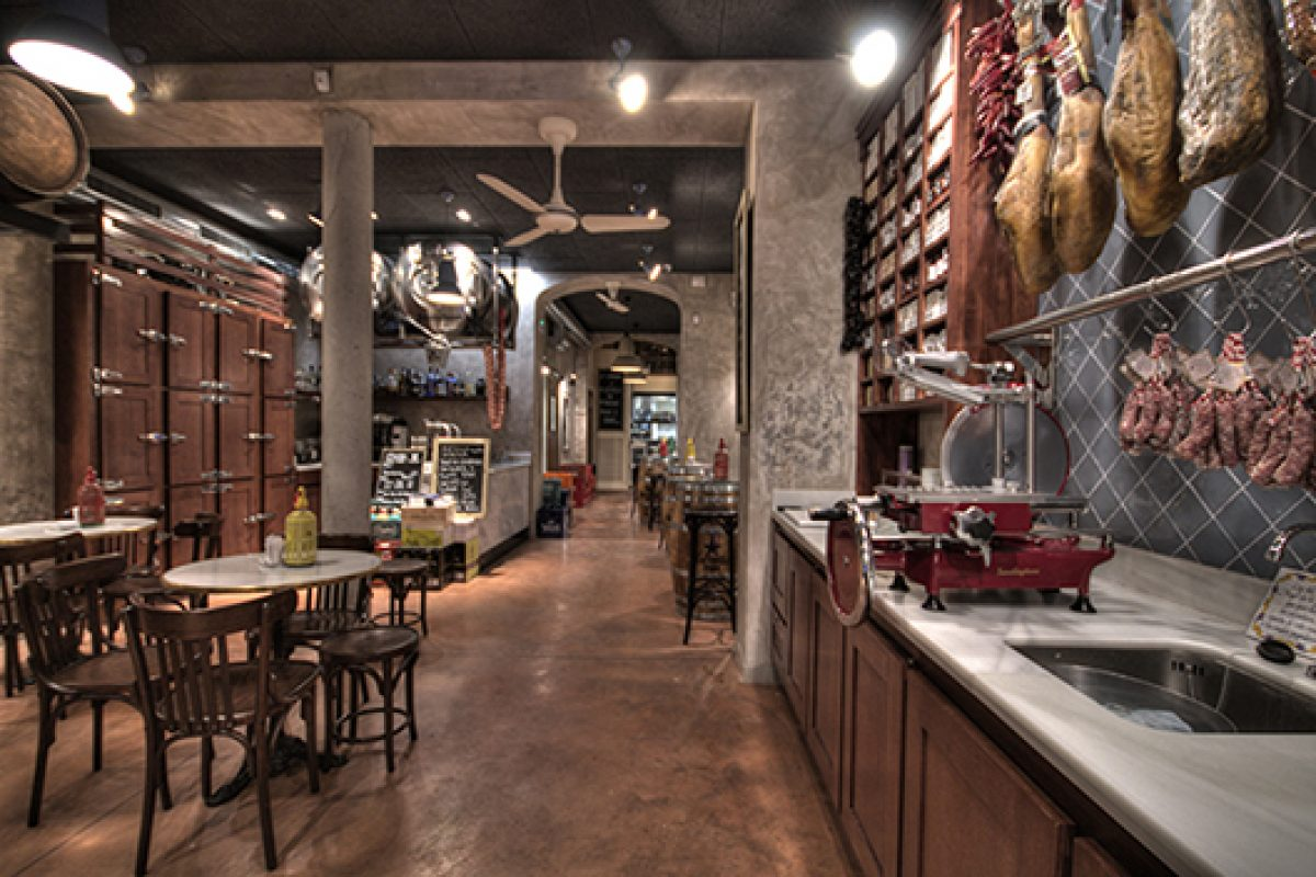 La Puntual winery in El Born, Barcelona. Dissenya2 recreates the typical old grocery store in the neighborhood