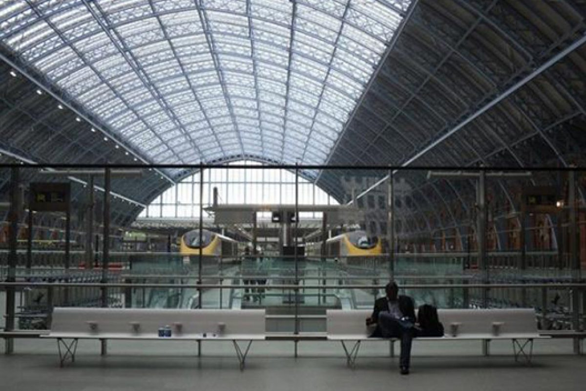 Aero bench by Sellex at St Pancras Station in London proves that good design is timeless