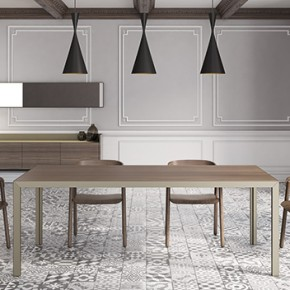 Aluminium and wood in Dénia, the proportioned tables designed by Vicent Martinez for Punt