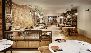 Wood, Iron and bricks, protagonists of the El Almacen Restaurant, designed by Piedra Papel Tijera