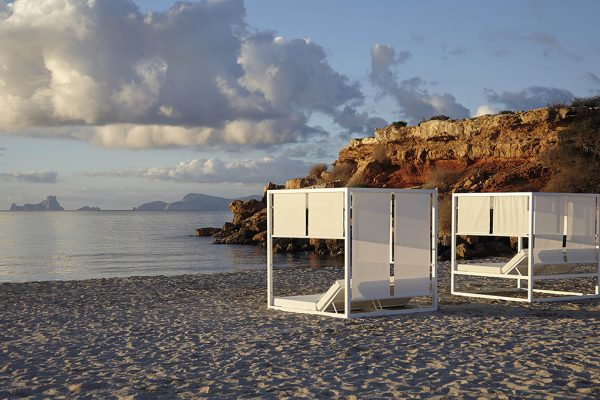 """Architectonic simplicity and contemporary silhouette at """"Sun Beds"""" by Gandiablasco. A private space within the landscape"""