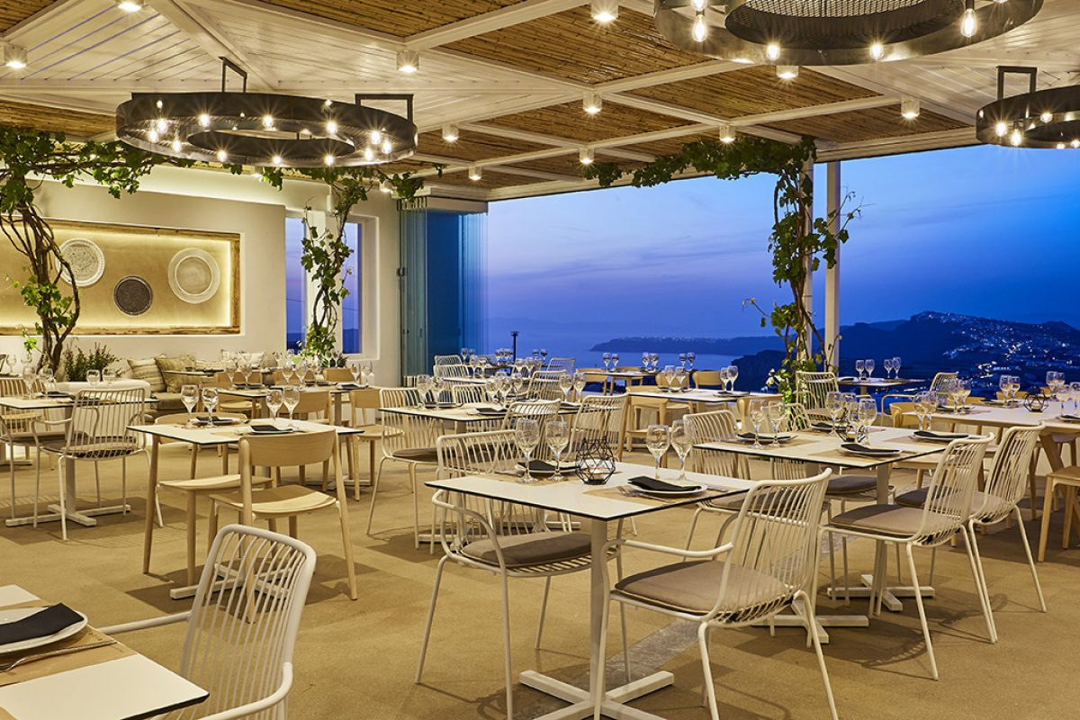 Case Studies – The enchanting combination of Pedrali pieces with the sunset at the Pyrgos restaurant in Santorini