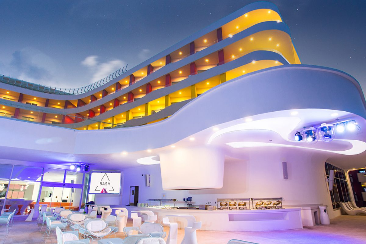 Karim Rashid dressed the Temptation Resort in Cancun (Mexico) with his characteristic sensual minimalism concept