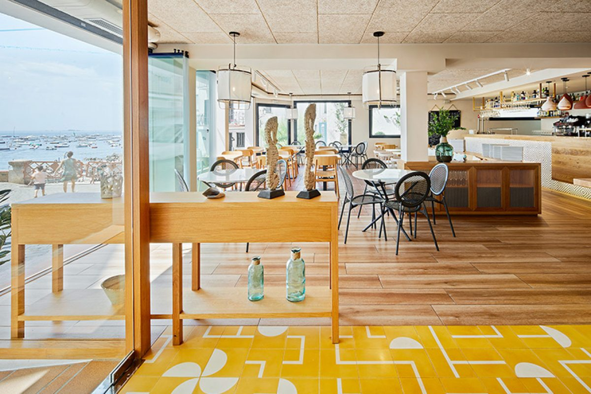 """Piedra Papel Tijera studio is based on """"sun and shade"""" concept to design the Calau restaurant in a privileged location of Calella de Palafrugell"""