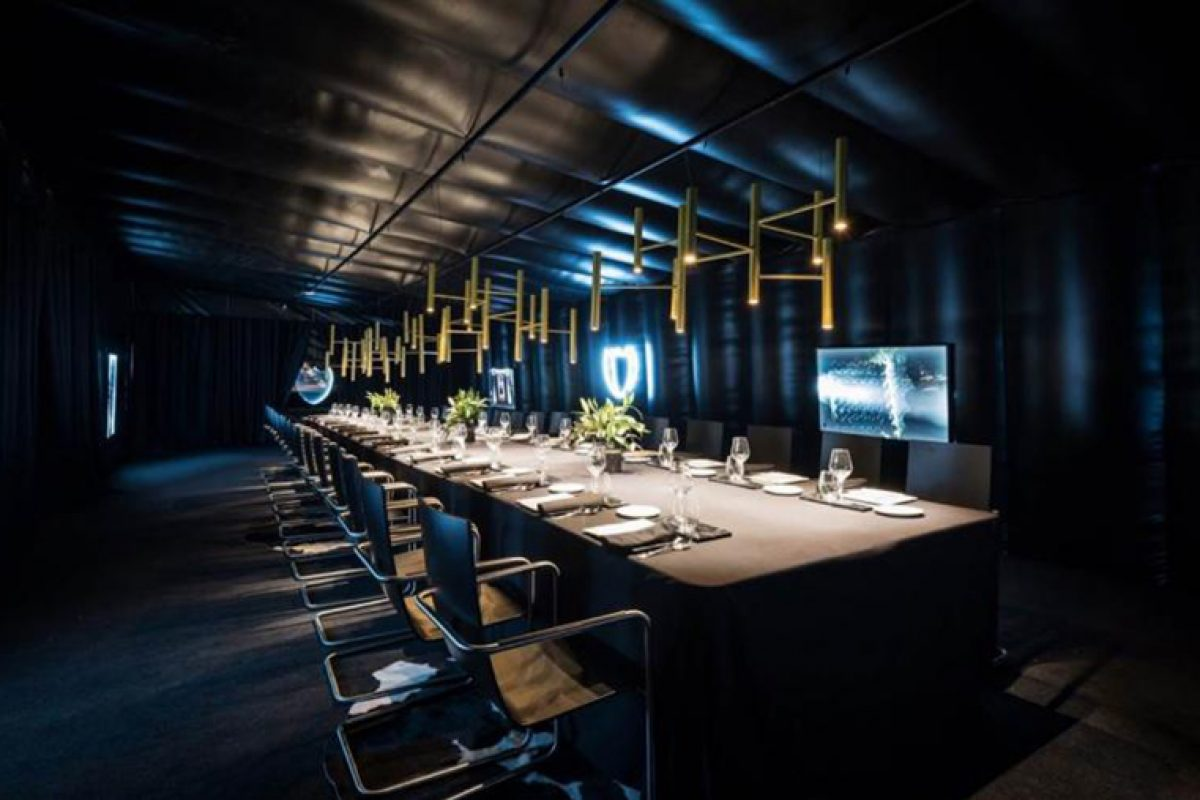 Dom Pérignon pairs finely with SELLEX. Its ephemeral space at Baqueira Beret Ski resort is furnished with the Hammok Cantilever Chair