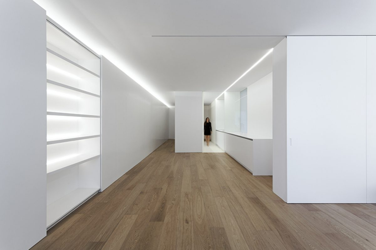 Apartament at the Valencian expansion district by Fran Silvestre Arquitectos. When the action of whitewashing goes beyond the treatment of surfaces