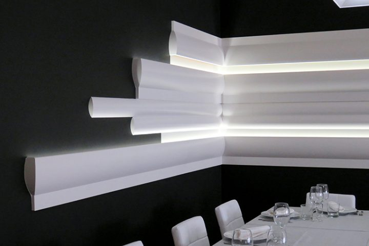 The integration of the moldings and led lighting in the Tasta'm restaurant take us to the future