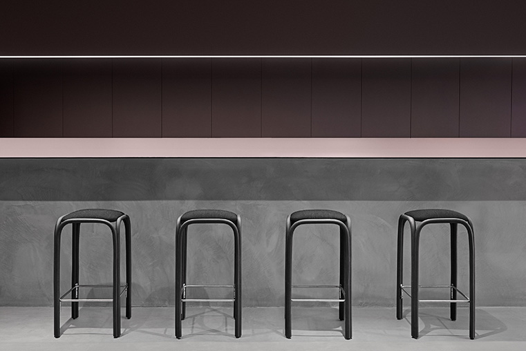 The new Fontal stools designed by Oscar Tusquets Blanca for Expormim