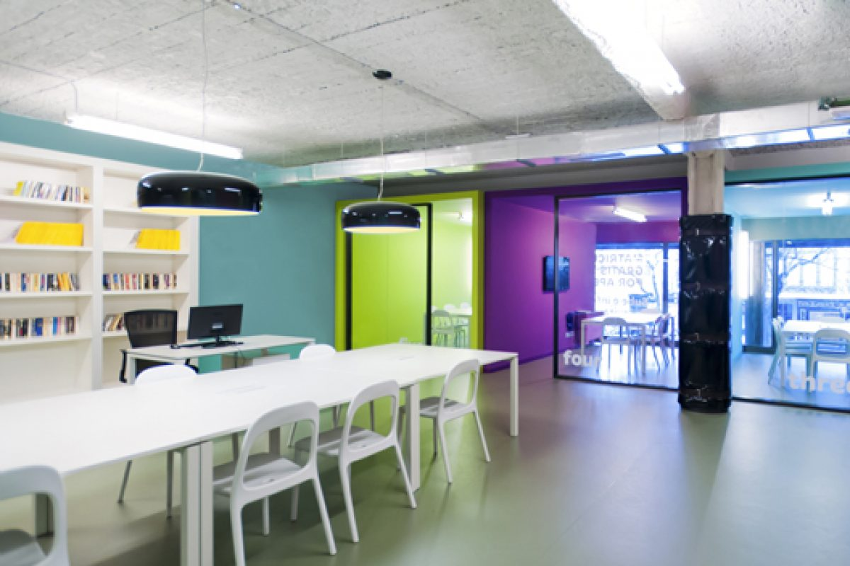 Light and color define the new English school «What's Up» in Barcelona, designed by Isabel López Vilalta