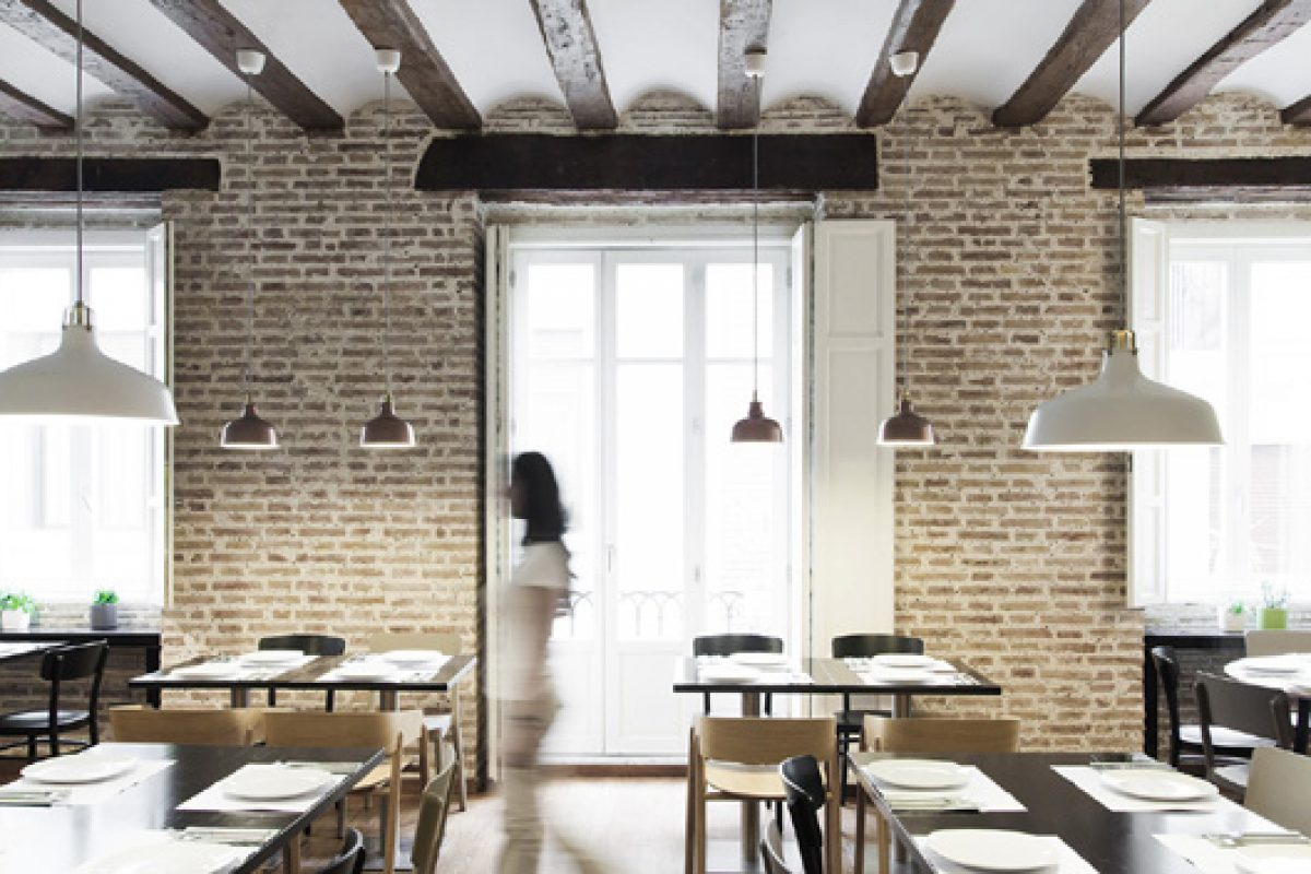 Borja Garcia Studio designs the Oslo restaurant in the heart of Valencia, respecting the atmosphere of the building, its materiality and distribution