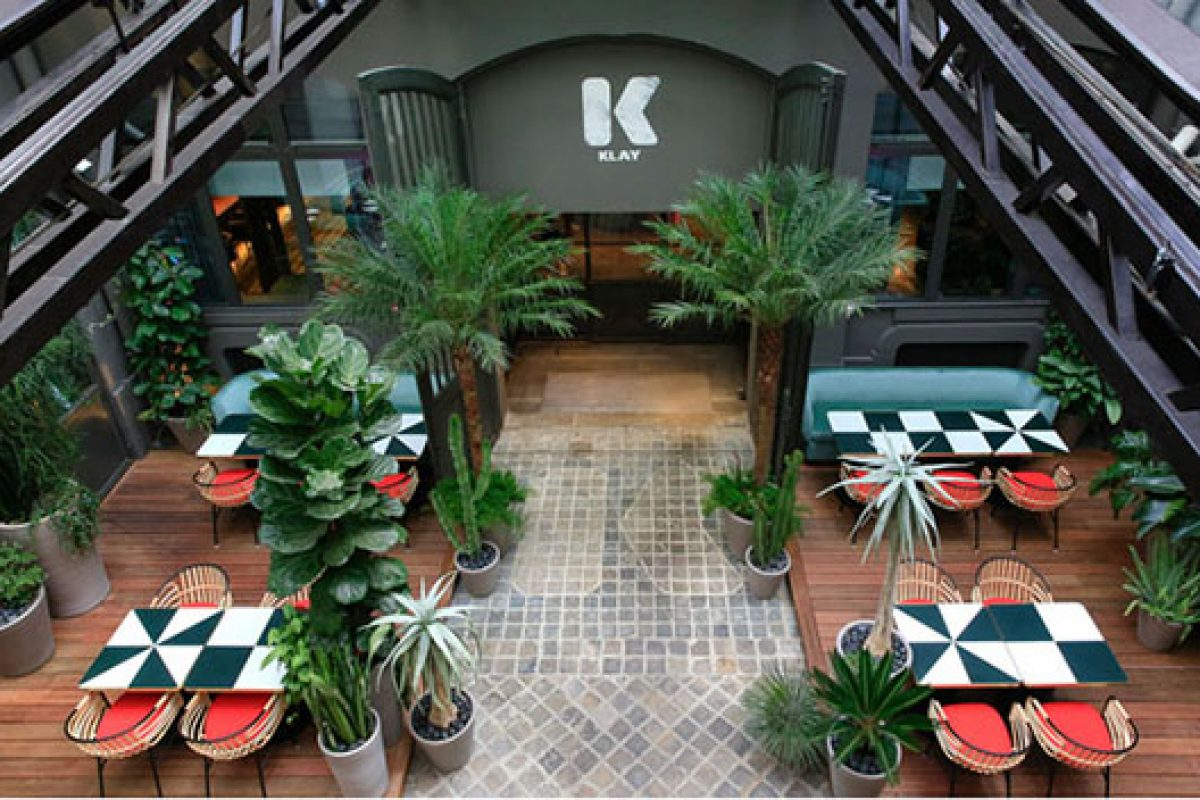 Charlotte Biltgen designs the Klay restaurant and terrace. A graceful balance between Parisian chic and tropical sweetness