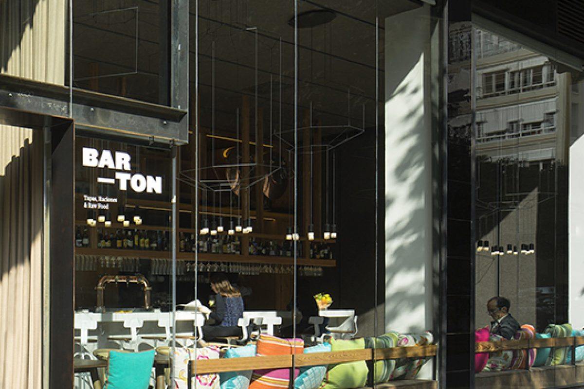 The award-winning lamp Wireflow by Vibia at the new Barton restaurant designed by Isabel López Vilalta