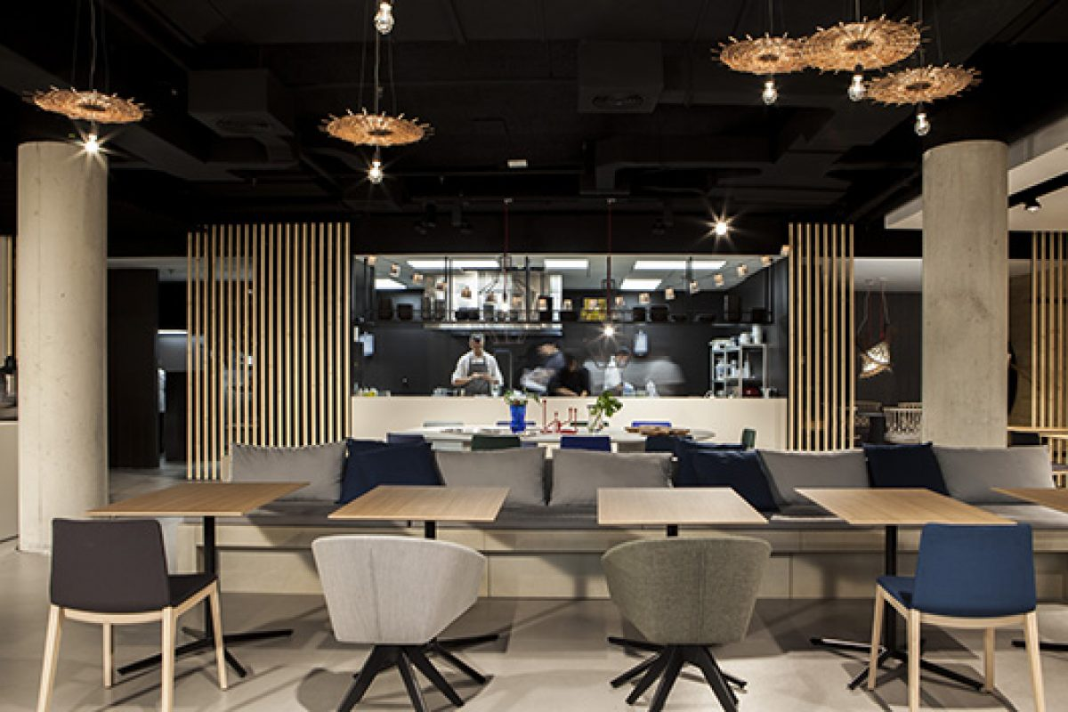 Laura Alandes and TECHLAM® are inspired by Burmese tradition to design the Ma Khin Café restaurant in Valencia