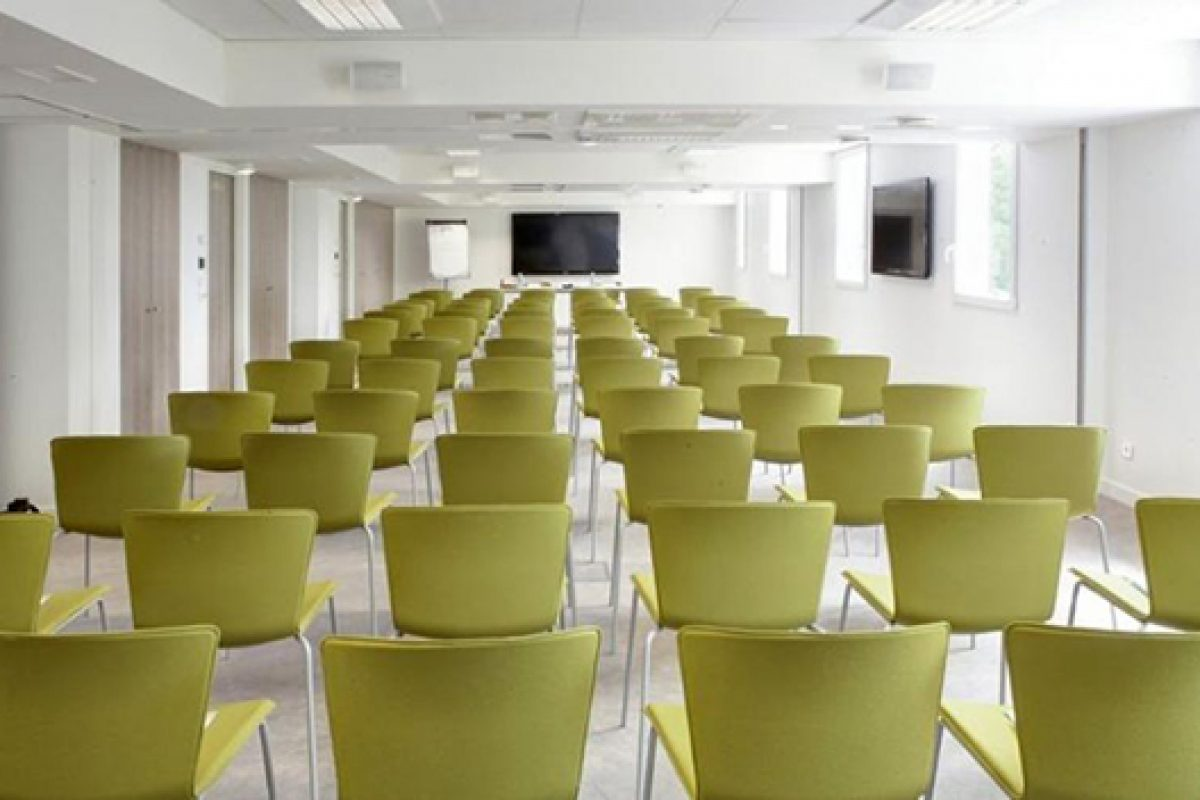 New Best Western Hotel in Paris has Slam Chair and Fast Table, by Sellex, equipping its Seminar Rooms
