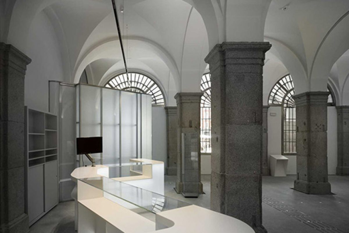Jose Manuel Sanz Arquitectos redesigns with HI-MACS® the Tourist Office at Plaza Mayor in Madrid