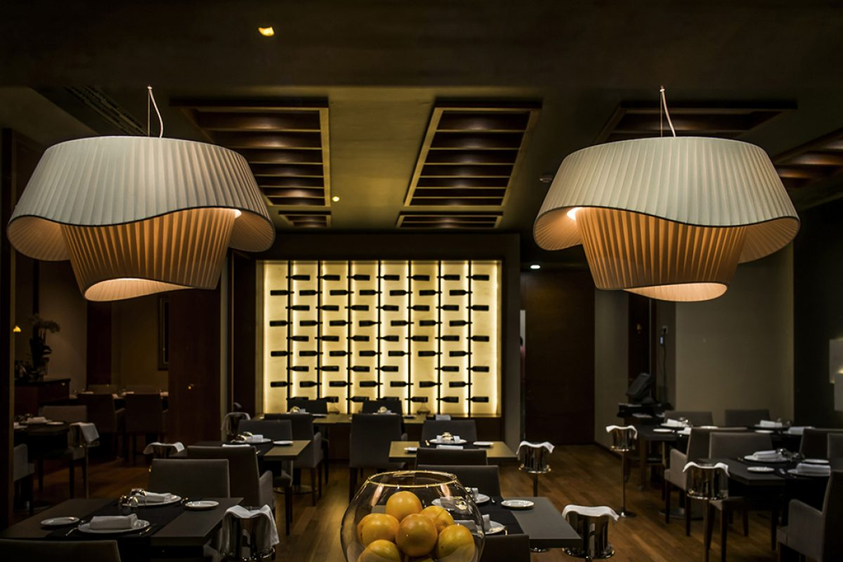 The elegant lighting by Modo Luce at the Juan Lax Restaurant of Siete Coronas Hotel in Murcia. Project by MC Estudio