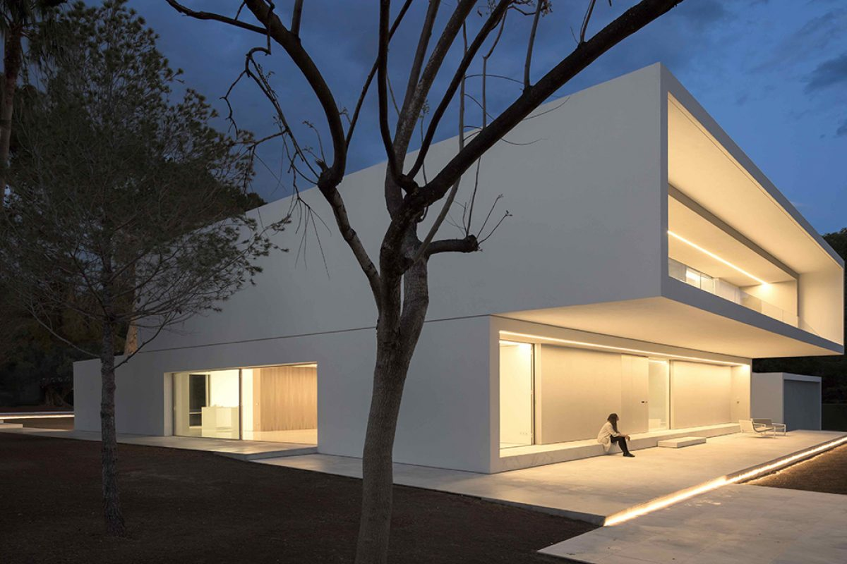 House Between The Pine Forest by Fran Silvestre Arquitectos. 21 plateaus and 7 volumes tell the story of this house