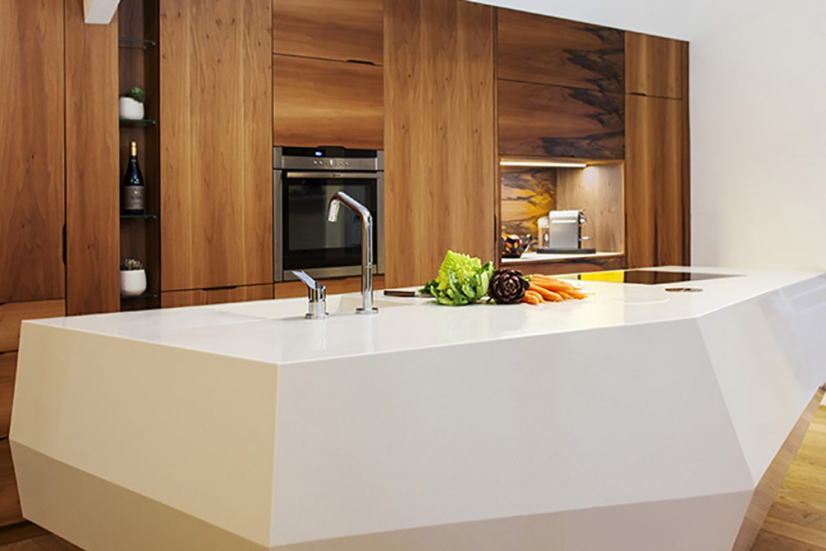Le Baou by Charlotte Raynaud: An island kitchen in HI-MACS® inspired by the jagged lines of a rock