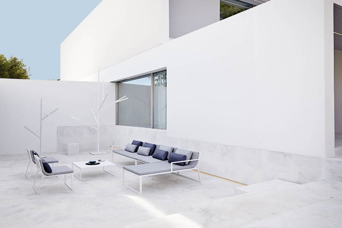 Blau by Fran Silvestre for Gandiablasco. Mediterranean architectural elegance in outdoor furniture