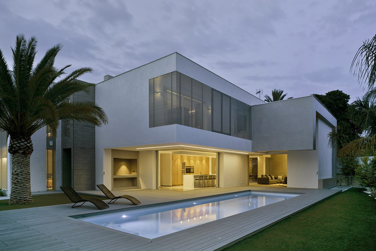 Villa ZüV by Tomás Amat Estudio de Arquitectura: minimalist and contemporary balance in  Alicante