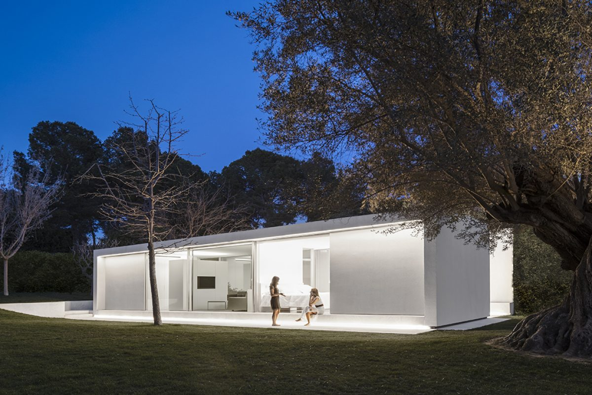 Guest Pavilion by Fran Silvestre Arquitectos. A comfortable space where to experience living in a garden