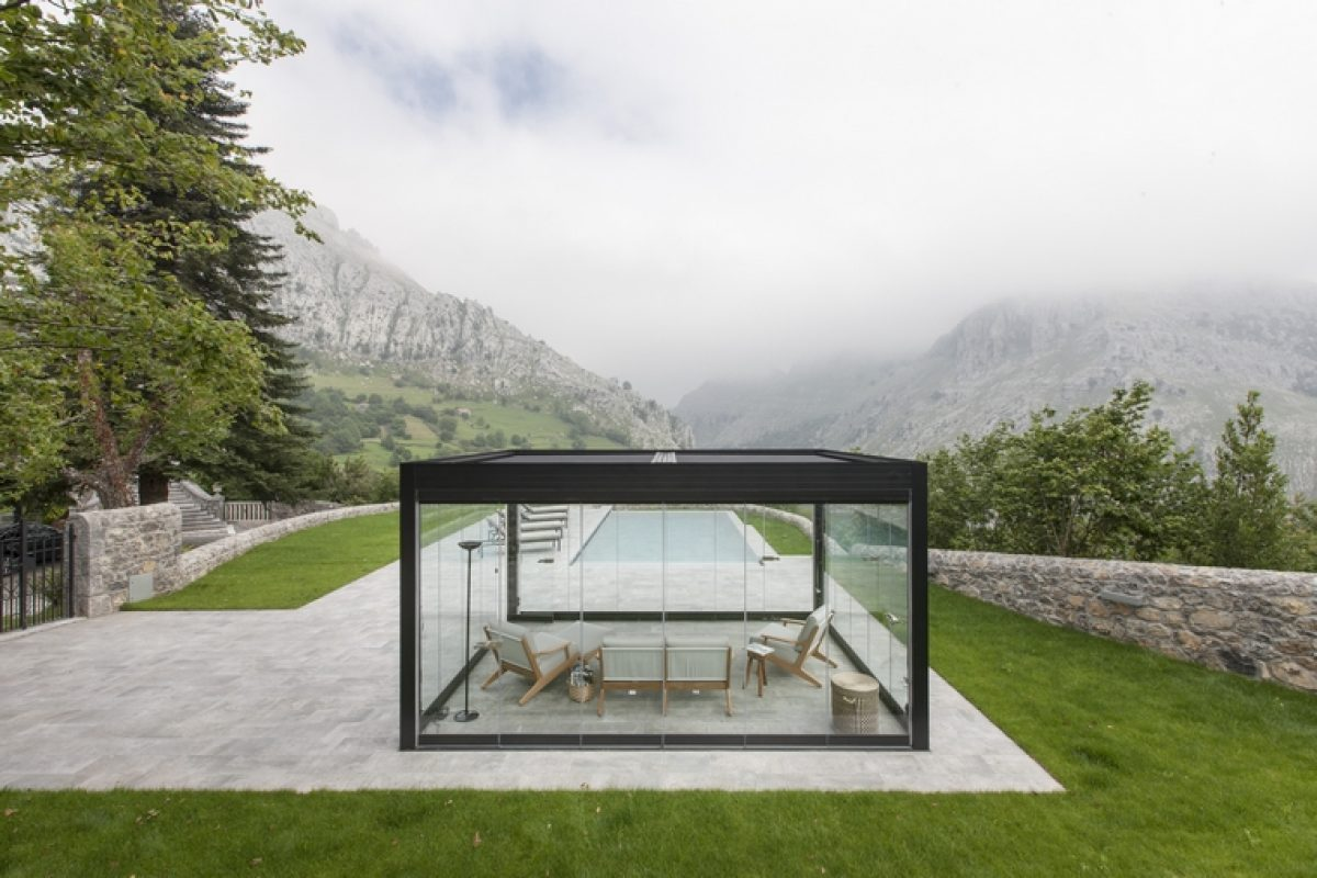 Kanopée advanced bioclimatic pergolas by Kawneer. Create your own little home outdoors