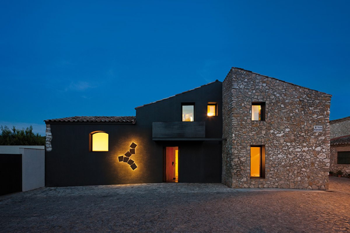 Lighting outdoor spaces with wall lights, a functional and decorative option at the same time