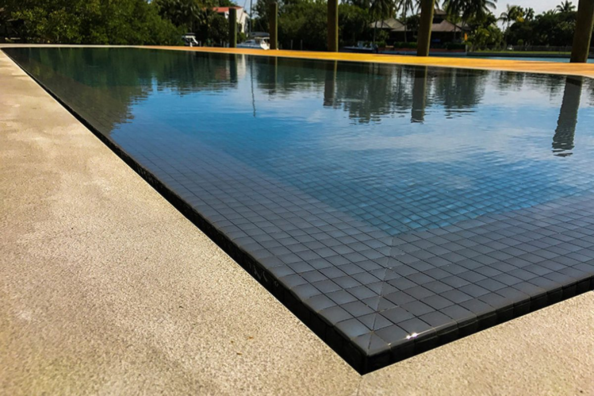 Pools full of color. Decoration in swimming pools is integrated into the interior design projects of outdoor spaces