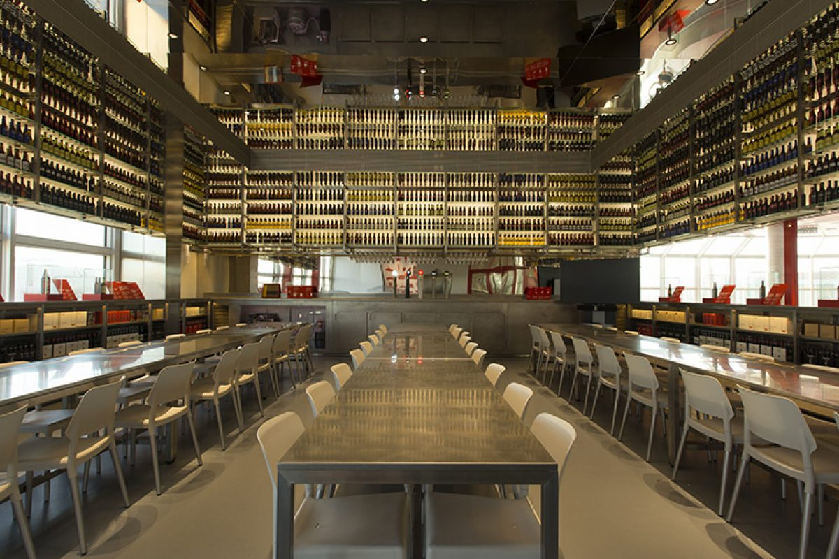 The new Tasting Room of Estrella Damm. A project by Olga Subirós Studio with a strong industrial character