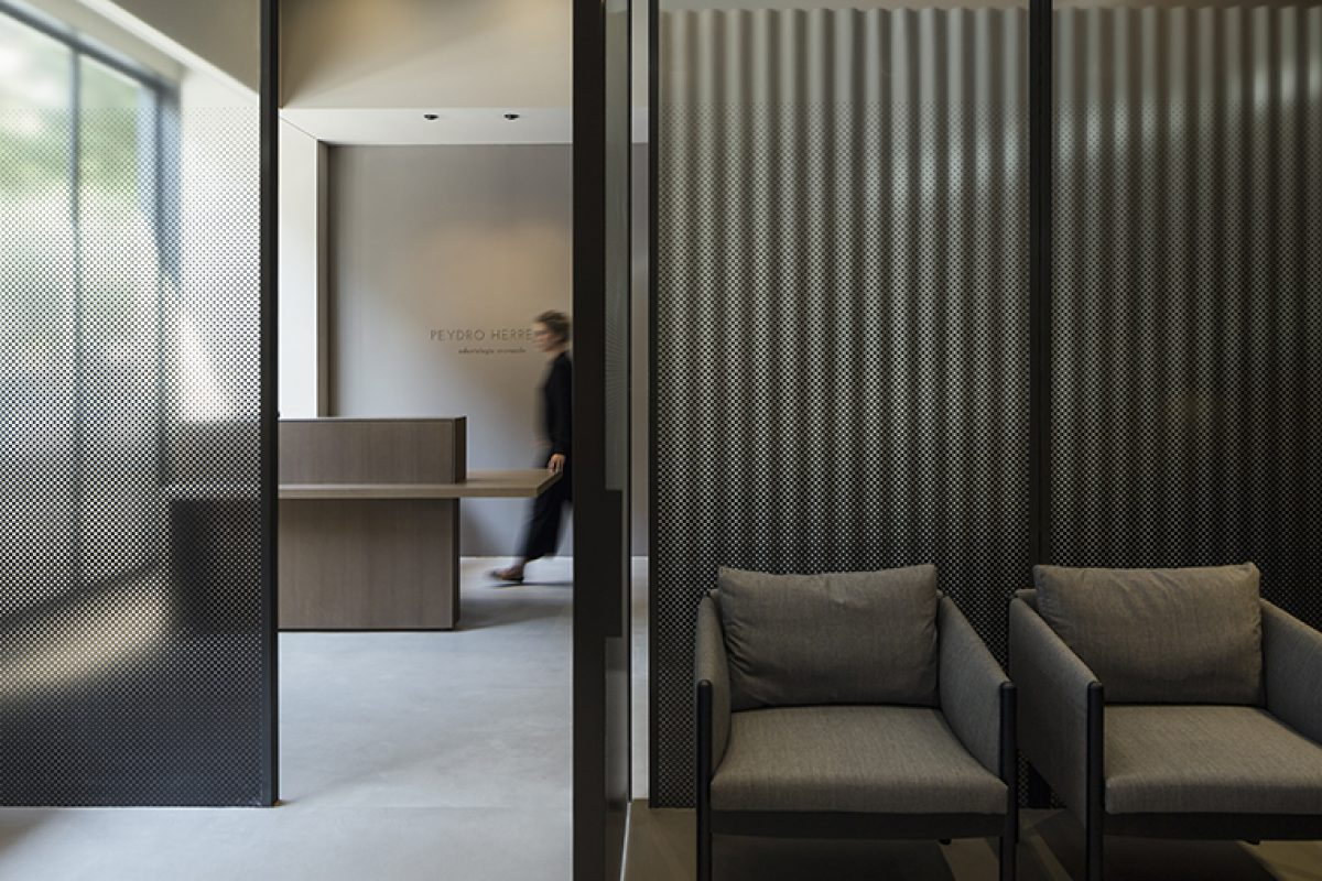 Francesc Rifé designed the Peydro Herrero Clinic. The balance between the seriousness of dentistry and the intimacy of design