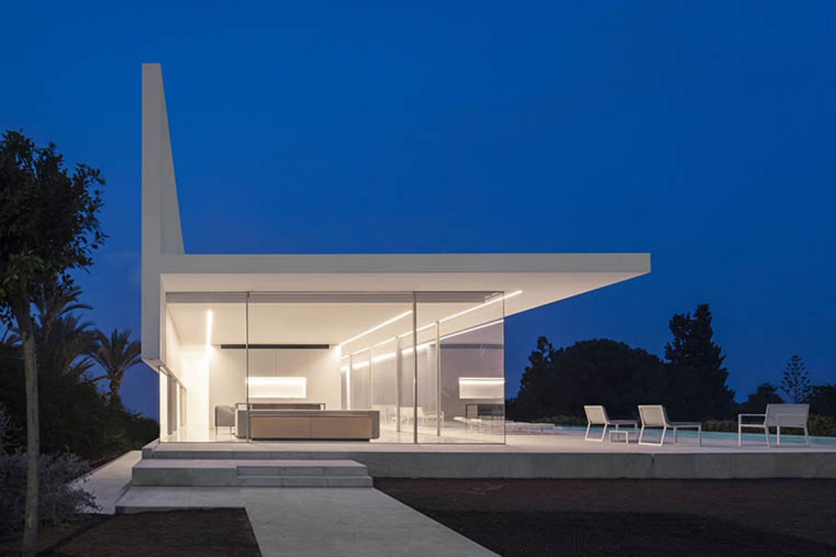 Hofmann House by Fran Silvestre Arquitectos, white on the outside, white on the inside and glass in the middle