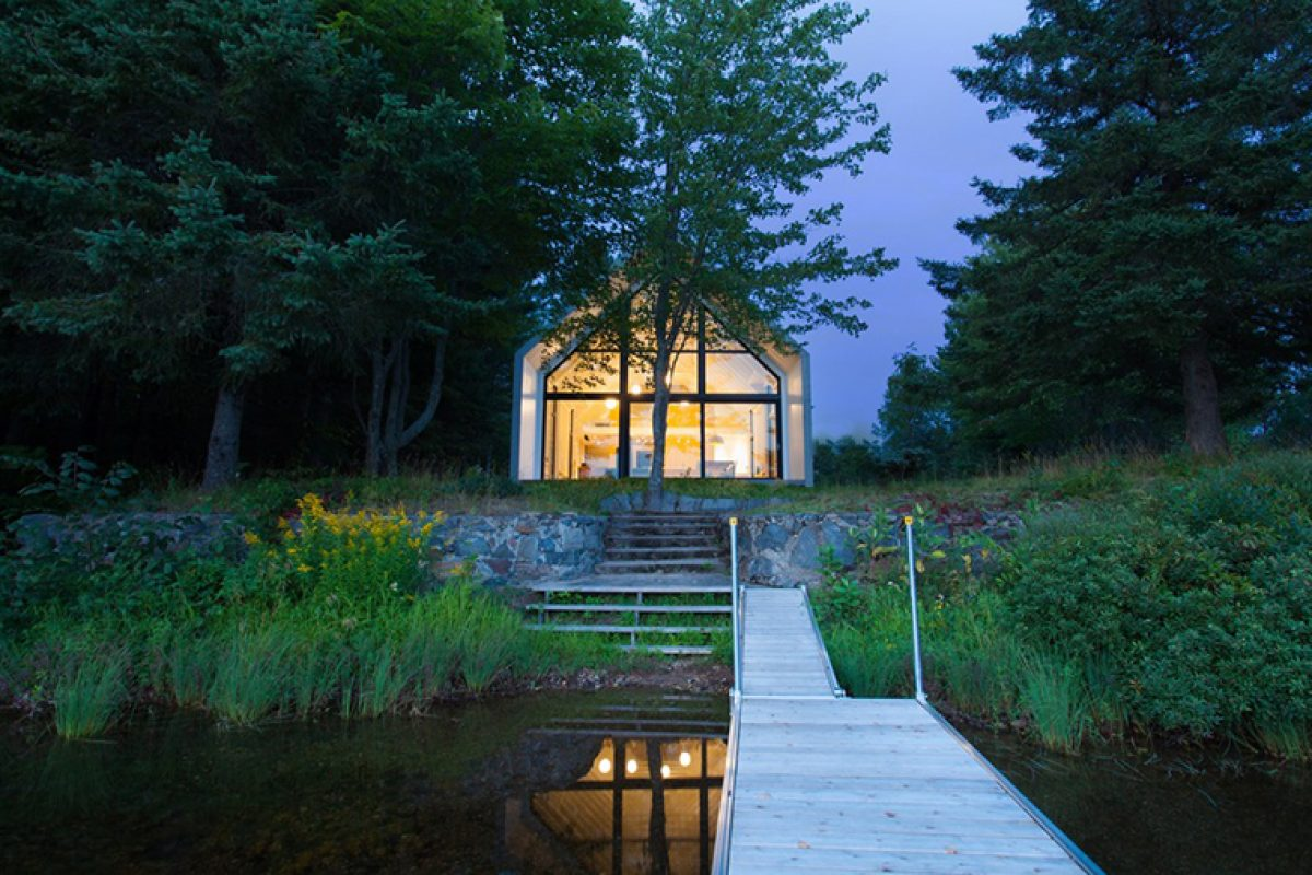 A Window on the Lake, the project by YH2 architecture studio in Saint-Élie-de-Caxton, Canada