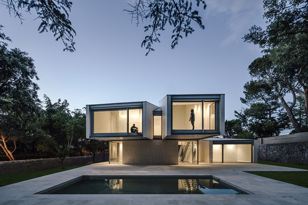 M4 by Zooco Estudio: The house that looks towards the forest