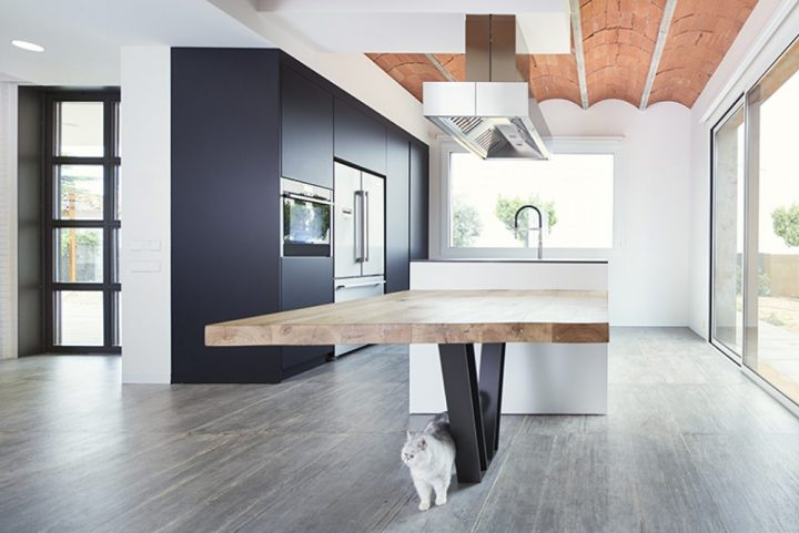 Jiga Architecture designed a house only for two. An experiential concept revolving around the visual continuity of spaces