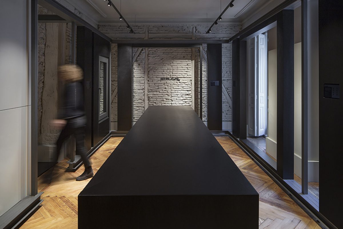 Francesc Rifé designed the Strugal Gallery in Madrid with a second skin to give value to the product