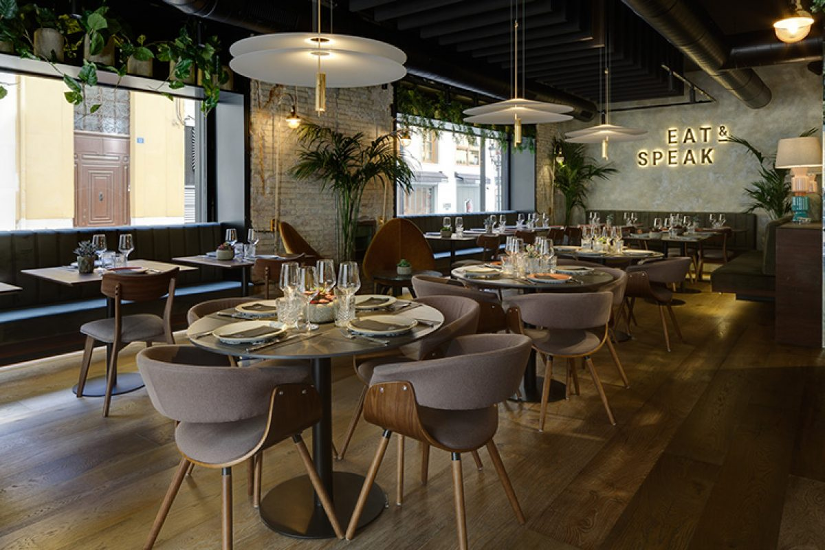 Cáliz Vázquez studio chooses the Flamingo lamp by Vibia to lights up the Eat & Speak restaurant in Alicante