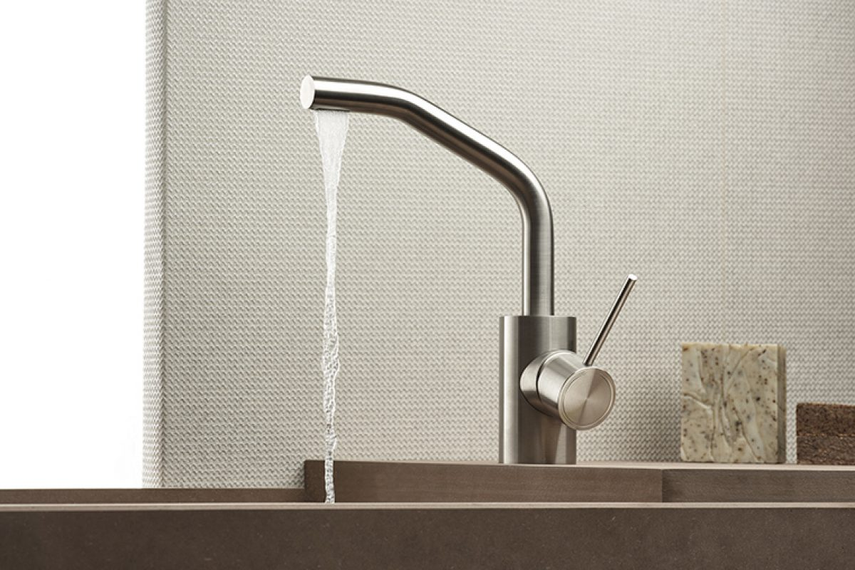 Accompanying the water towards the hands: Corsivo is the new series of Mina stainless steel taps