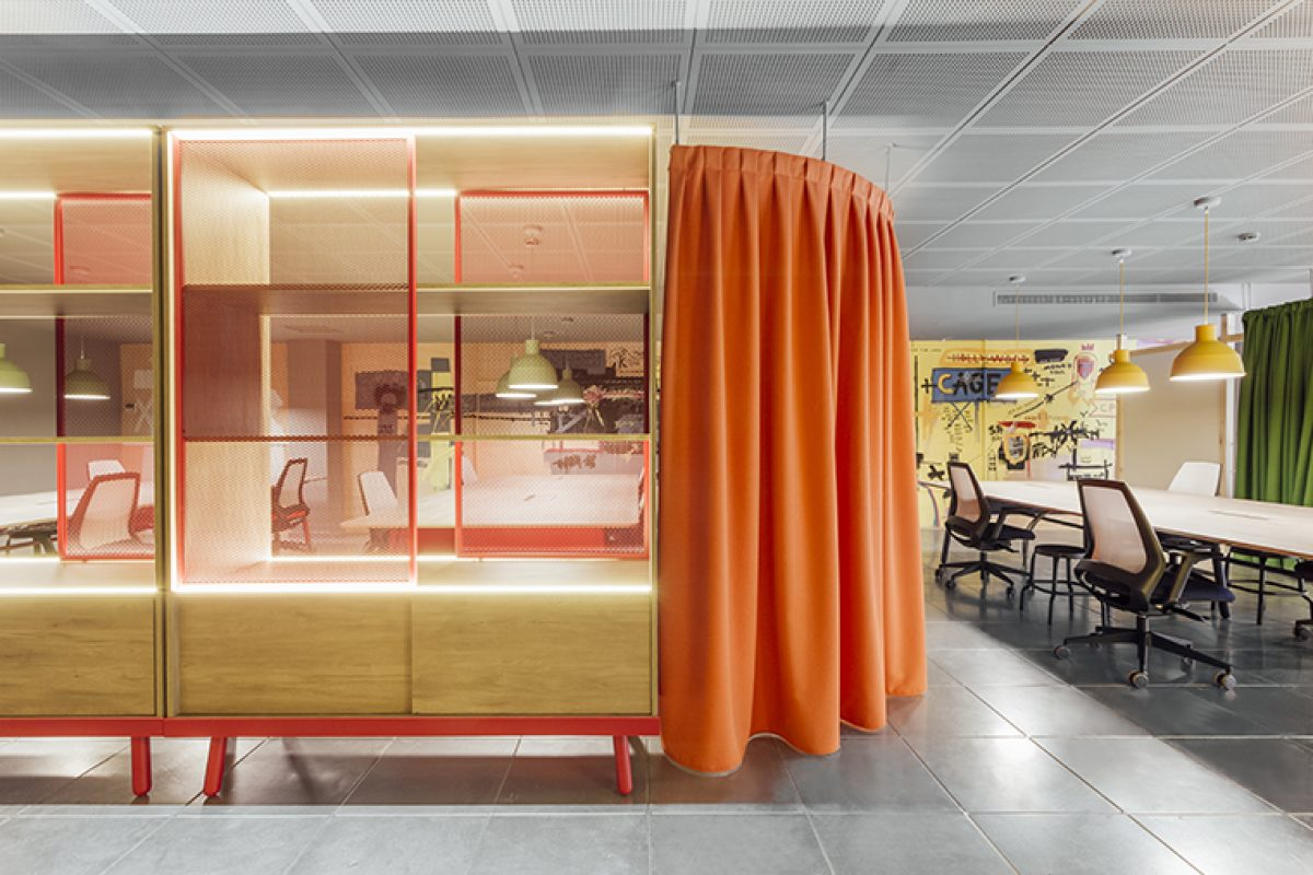 The new offices for The Story Lab in Madrid projected by Stone Designs transport us to the 60's 70's and 80's in New York