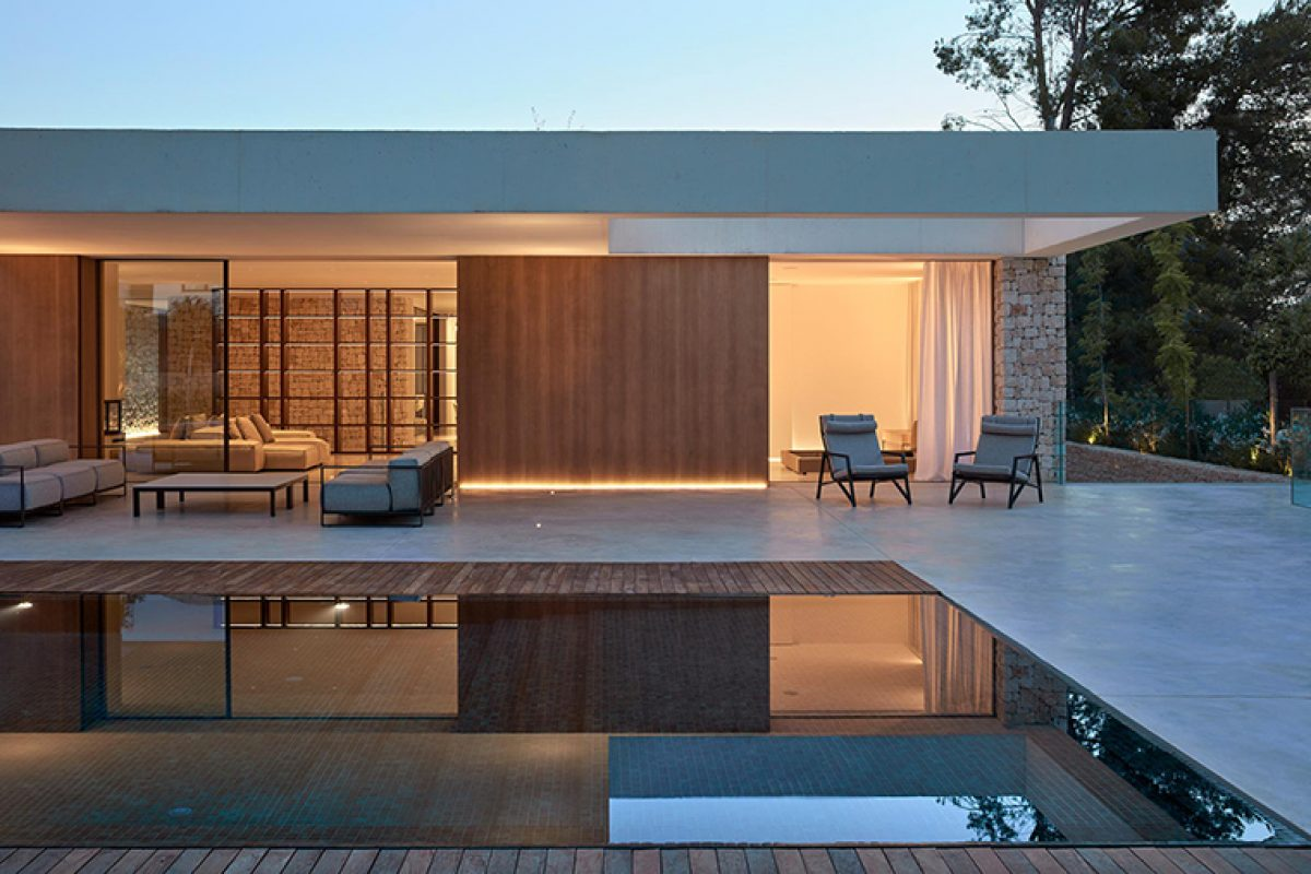 Ramón Esteve designed La Cañada House generating a contemporary courtyard like a Roman atrium