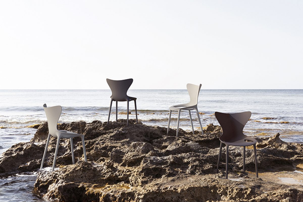 Recycled plastic from the Balearic Islands, the sustainable alternative of Love chairs, designed by Eugeni Quitllet for Vondom