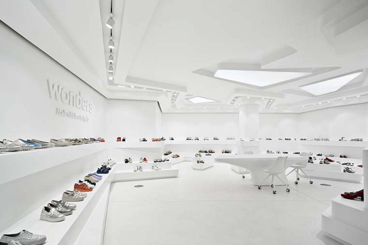 Ode to footwear in a showroom with organic aesthetics by Tomás Amat Estudio de Arquitectura
