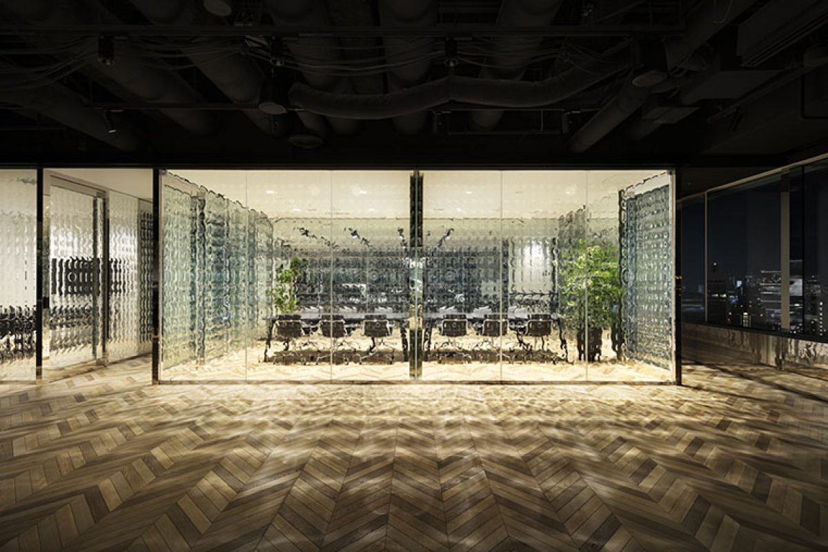"nendo carried out the interior design project for Roppongi office with original glass of ""0"" and ""1"""