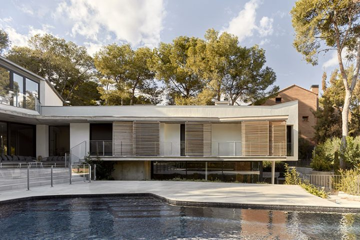 Casa Campo by Jose Costa ARQ. Giving it lightness while rooting it on the earth