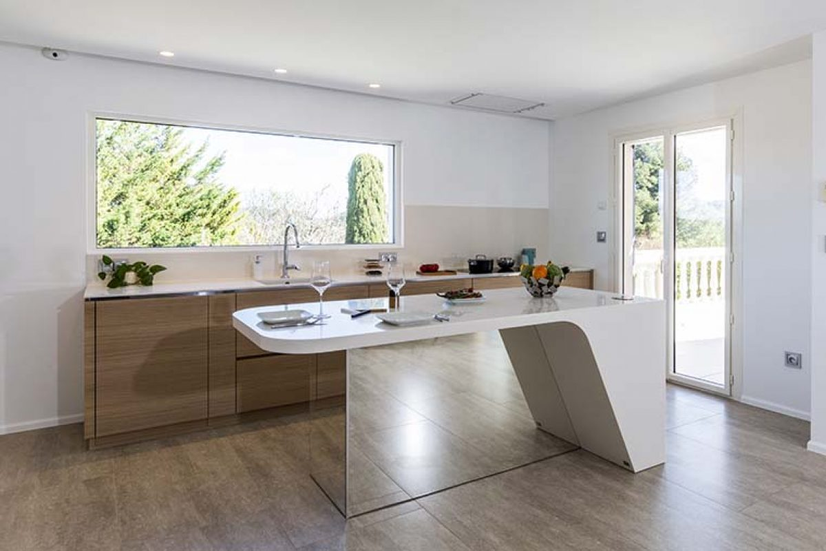 A HI-MACS® island kitchen  that seems to float in the air and light, protagonists of this contemporary space with mountain views