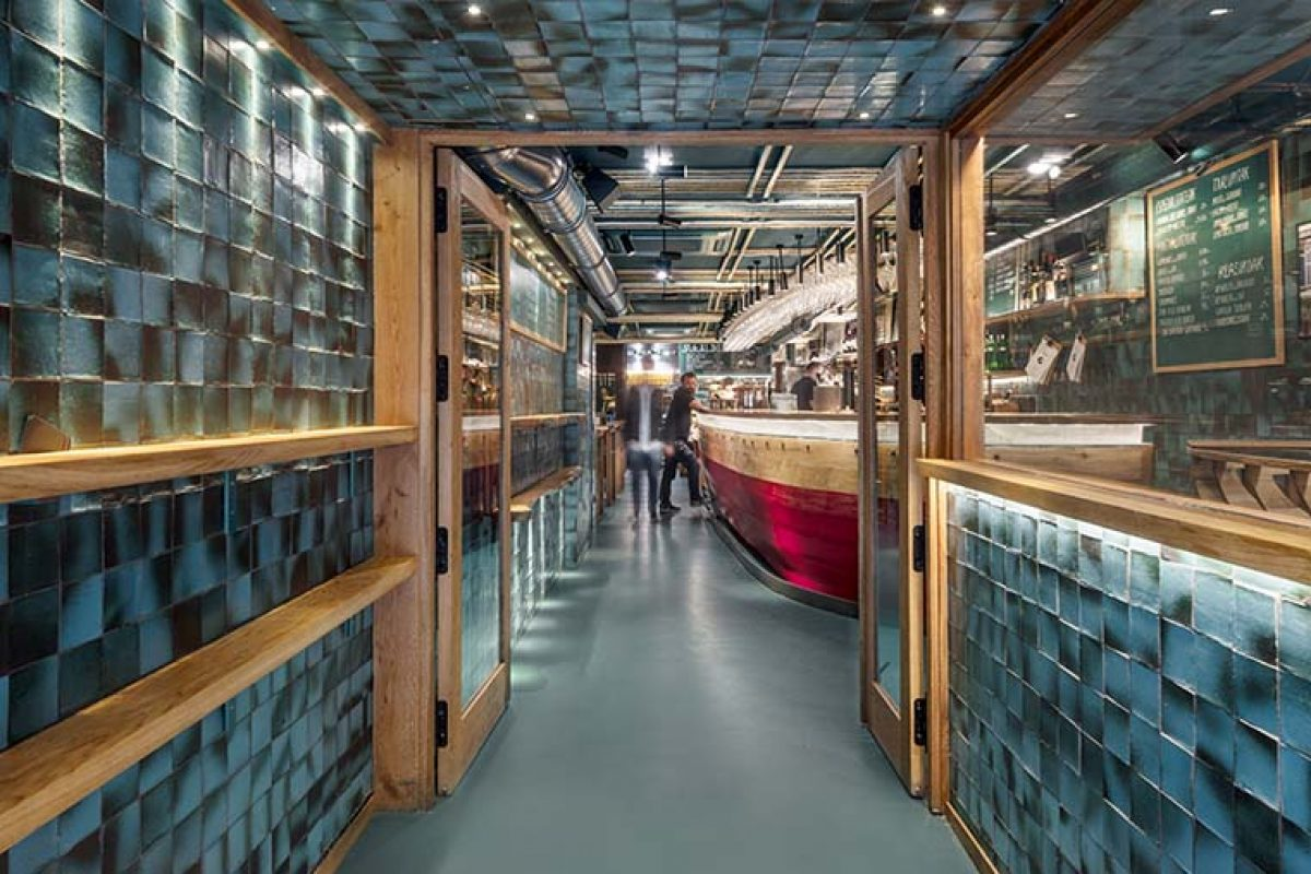 The port of San Sebastián goes into the Txalupa Gastroleku Restaurant, designed by El Equipo Creativo