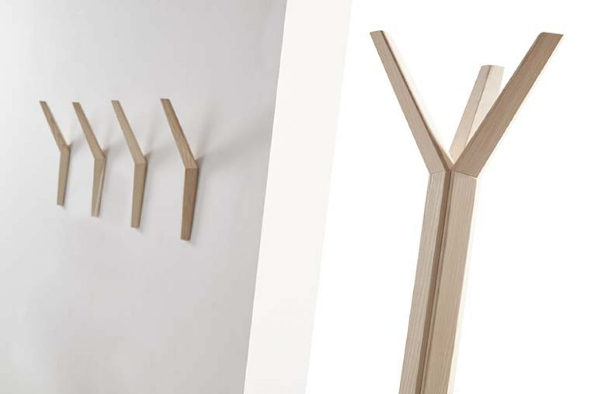 Geometry and natural wood highlight in the Hang coat rack system, devised by Dsignio for Beltá