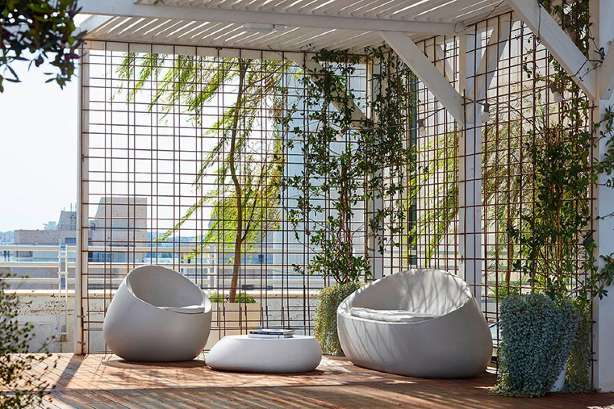 The awesome rooftop of this coworking space in Israel furnished by Vondom