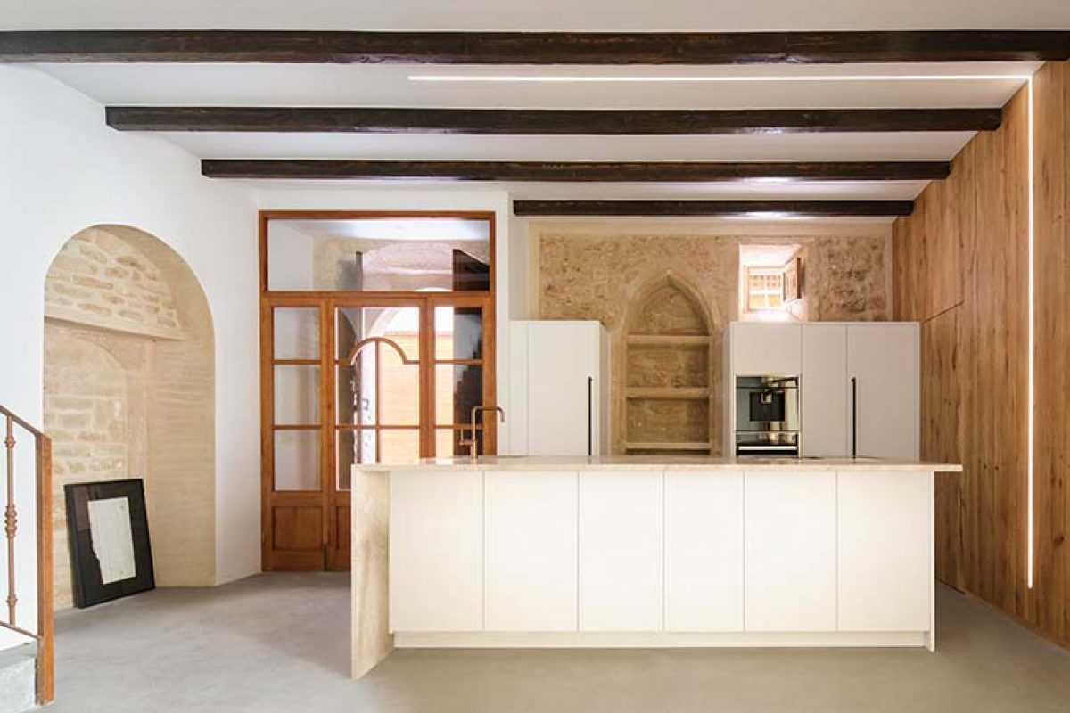 Lledoner XXXII, a Minimal Studio project that respects the architectural heritage of the home