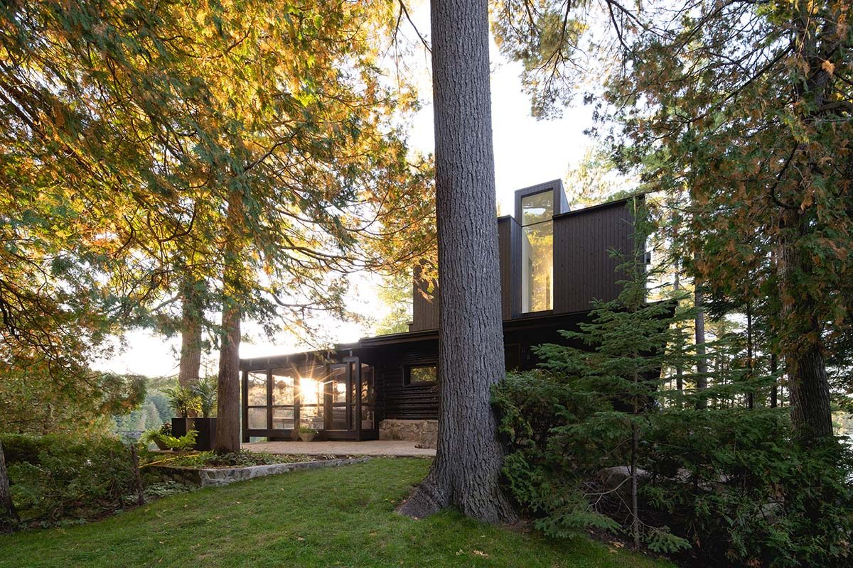 Contrast and continuity in this cottage designed by Paul Bernier Architecte